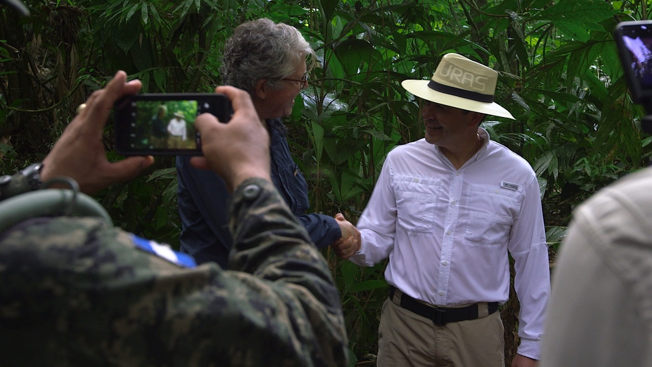 Doug Preston shaking hands with President Hernandez of Honduras